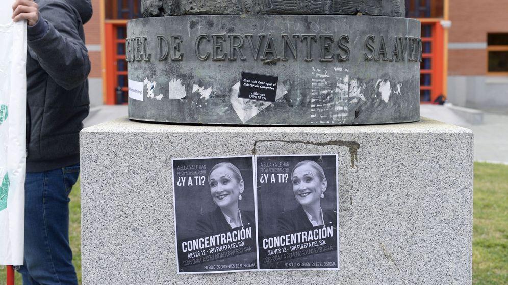 Foto: Protestas en la URJC por el máster de Cifuentes. (EFE)