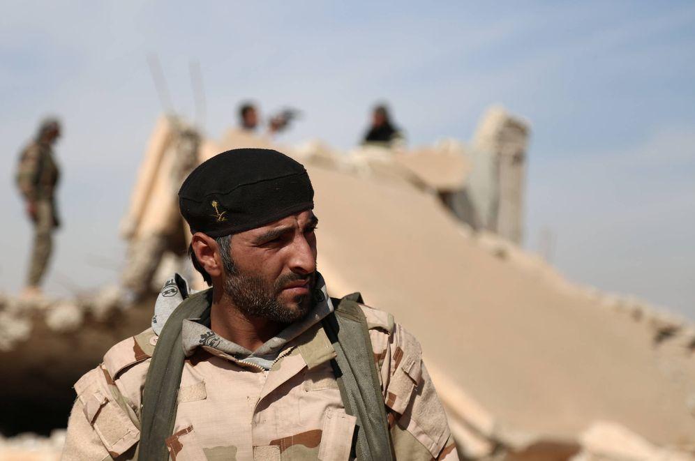 Foto: Un combatiente de las Fuerzas Democráticas Sirias ante un edificio reducido a escombros por los combates, al norte de Raqqa (Reuters).