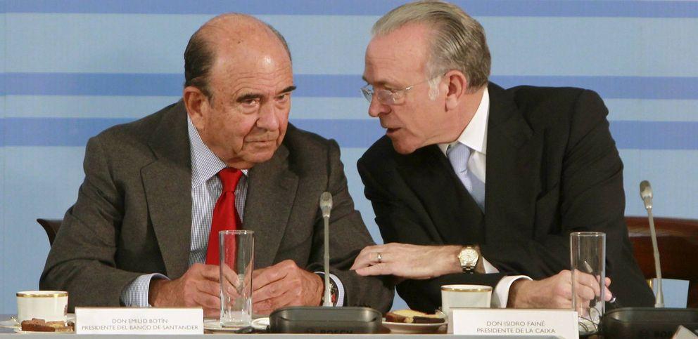 El presidente del Santander, Emilio Botín (i), conversa con el presidente de La Caixa, Isidro Fainé. (EFE)