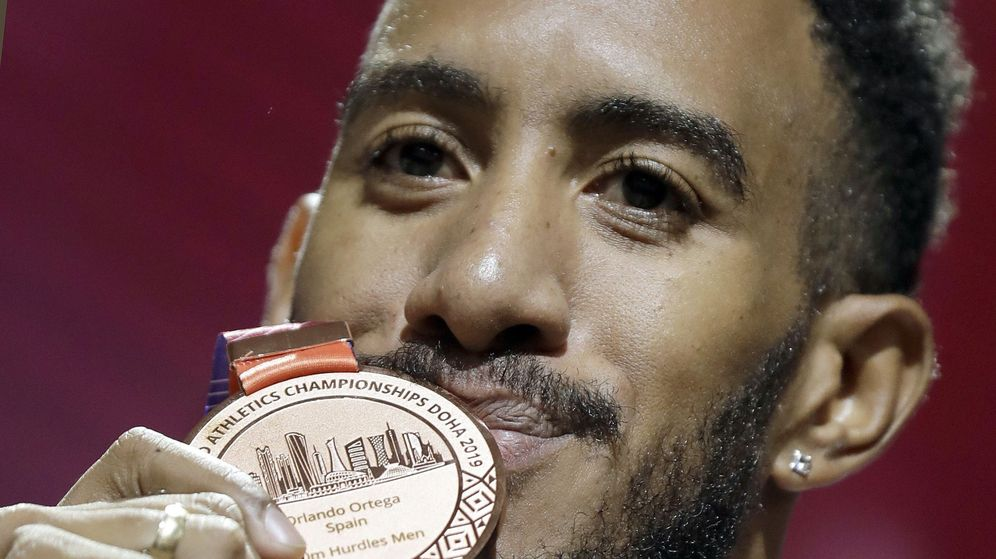 Foto: Orlando Ortega posa con el bronce tras la entrega de medallas en Doha. (EFE)