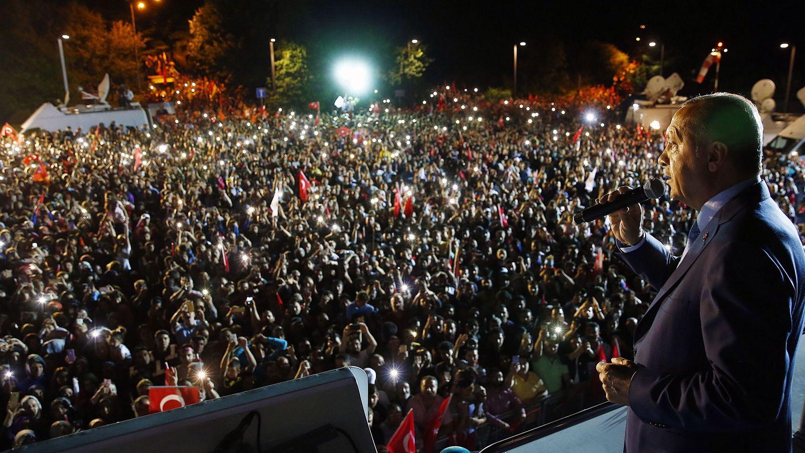 Foto: Erdogan se dirige a sus seguidores desde el Palacio Presidencial en la noche del domingo. (EFE)