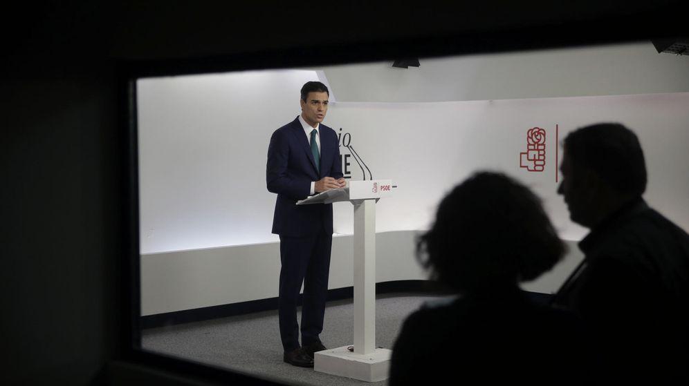 Foto: Pedro Sánchez, secretario general del PSOE y candidato el 20-D, este lunes en Ferraz durante su declaración institucional. (EFE)