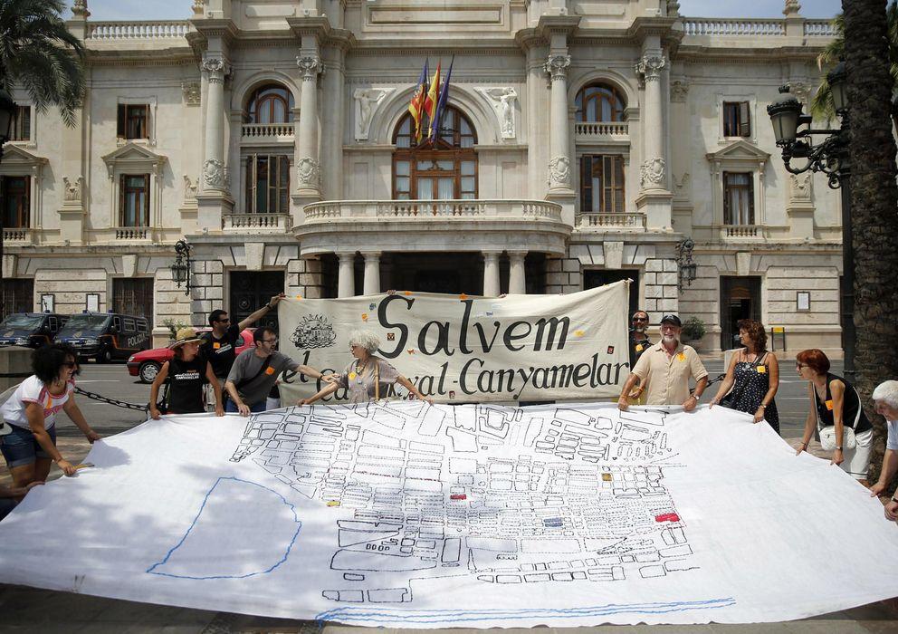 Foto: Viudas de pescadores tejen un mapa del Cabanyal para protestar por los planes de Barberá. (EFE)