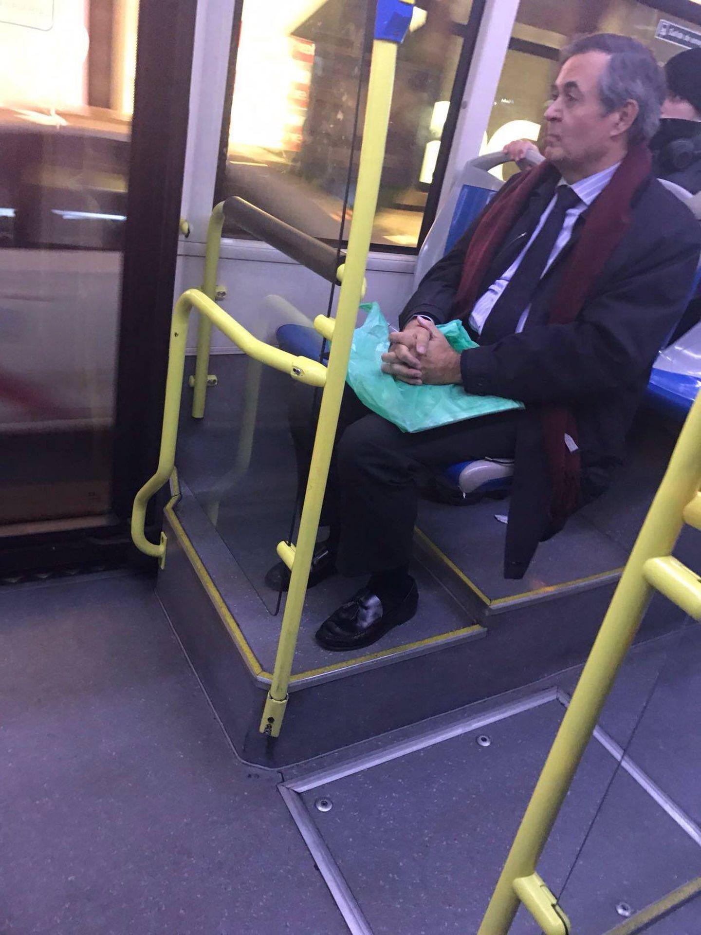 Juan Iranzo en un autobús en Madrid.