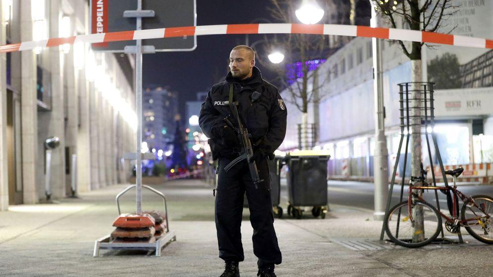 Foto: Un policía permanece apostado cerca del mercado navideño en Berlín, el 19 de diciembre de 2016 (Reuters)