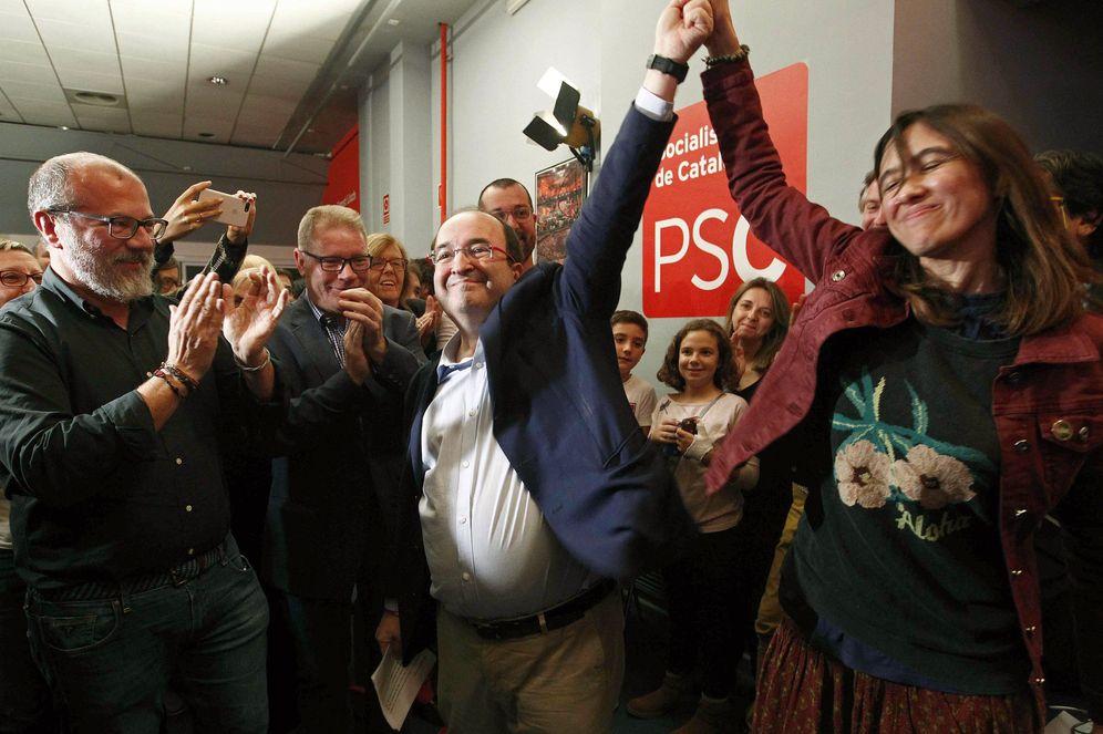 Foto: Miquel Iceta, junto a Núria Parlon, tras ser reelegido como primer secretario del PSC en las primarias de este 15 de octubre, en la sede del partido en Barcelona. (EFE)