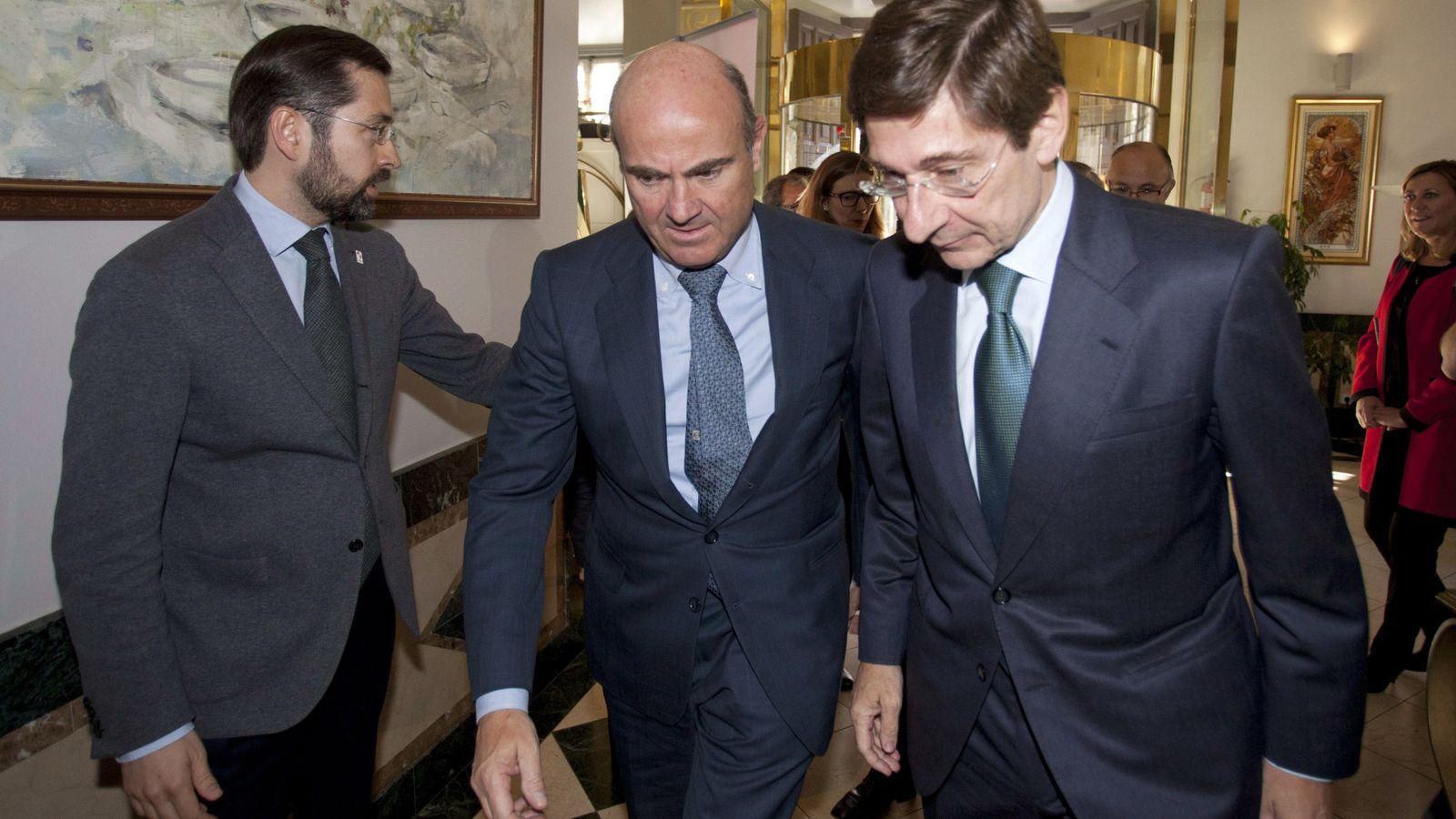 Foto: El ministro de Economía, Luis de Guindos (c), y el presidente de Bankia, José Ignacio Goirigolzarri (d). (EFE)