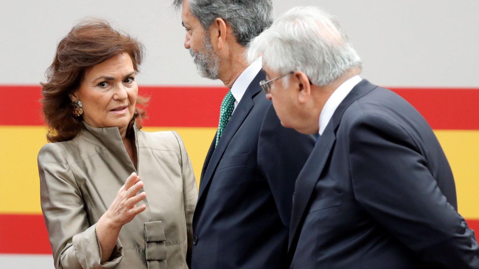 Foto: Carmen Calvo conversa con los presidentes del TS y del CGPJ, Carlos Lesmes, y el del Constitucional, Juan José González Rivas, durante el desfile del 12-O. (EFE)