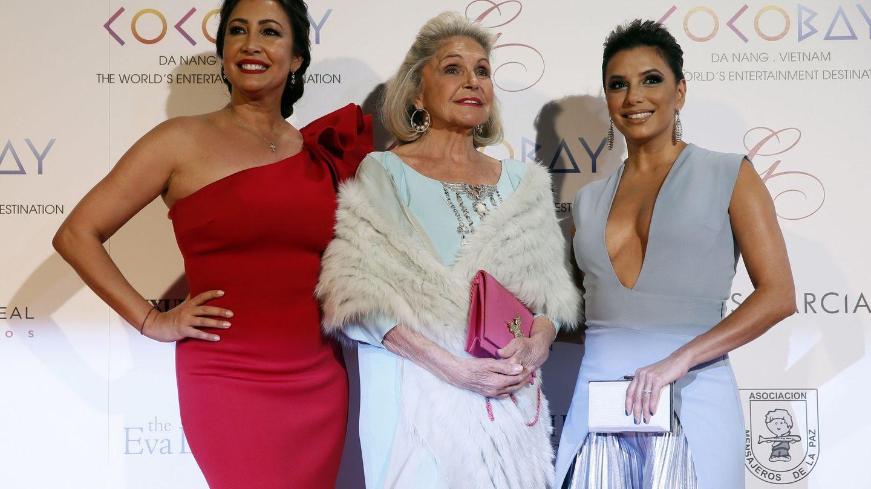 Eva Longoria y María Bravo posan junto a Beatriz de Orleans en la Global Gift Gala Madrid 2017. (EFE)