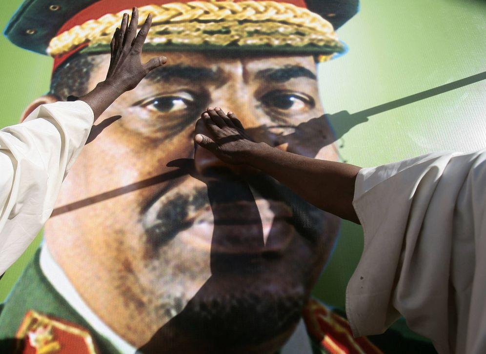 Foto: Sudaneses tocan un póster de Omar Hassan al-Bashir durante una protesta en Jartum contra la Corte Penal Internacional (Reuters).