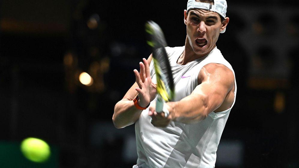 Foto: Rafa Nadal golpea la bola durante un entrenamiento de la Copa Davis. (EFE)