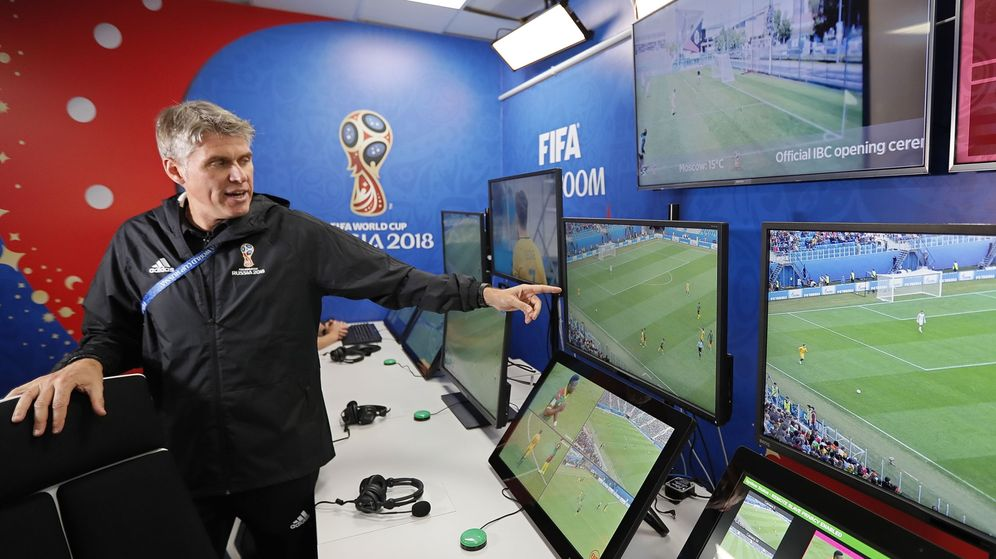 Foto: La sala del VAR, en una demostración efectuada por miembros de la FIFA   EFE