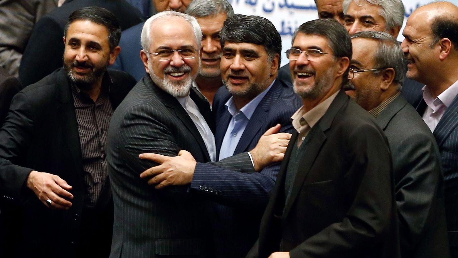 Foto: Miembros del Parlamento iraní felicitan al ministro de Exteriores, Mohammad Javad Zarif, tras el levantamiento de las sanciones a Irán. (EFE)