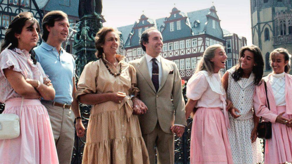 Foto: El matrimonio Ruiz-Mateos, con algunos de sus hijos. (Cordon Press)