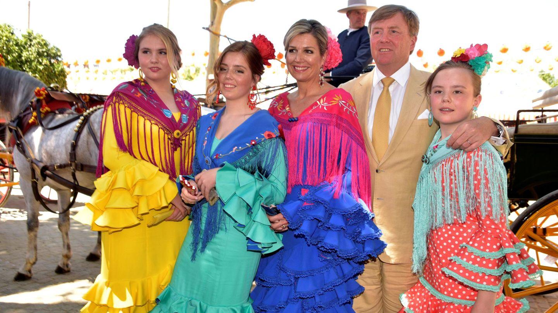 Los reyes de Holanda y sus hijas en la Feria de Sevilla. (EFE)