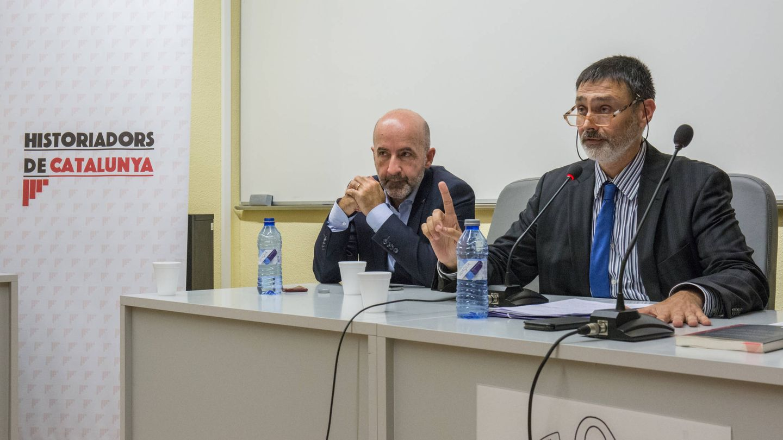 Oscar  Uceda, presidente de la asociación Historiadors de Catalunya, junto al historiador Albert Luque (izquierda). (D.B.)