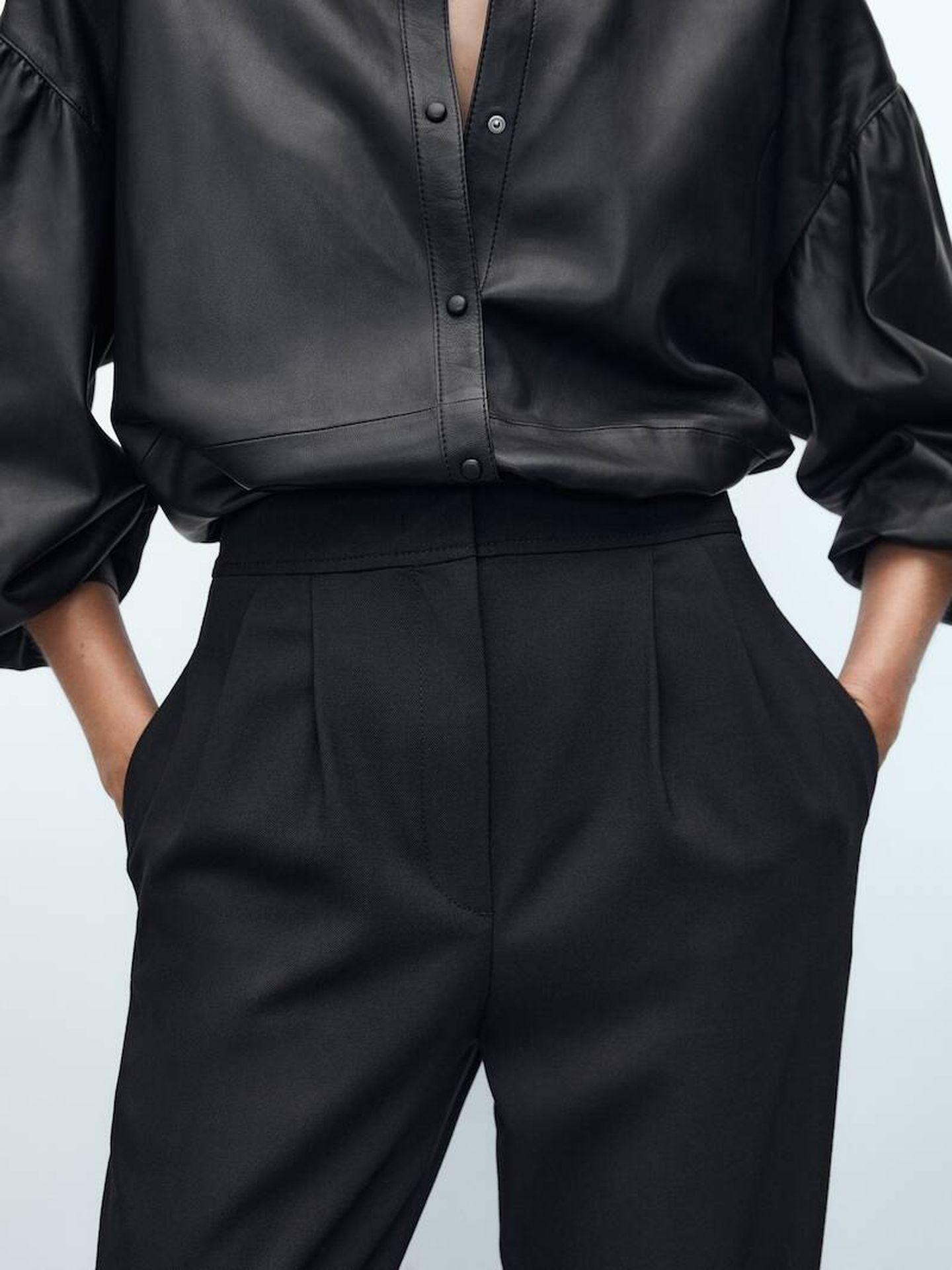 Pantalón negro de Massimo Dutti. (Cortesía)