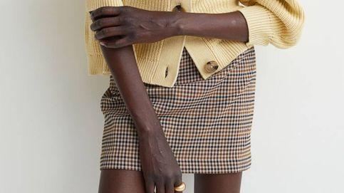 H&M nos conquista con una minifalda ideal para looks de trabajo y de calle