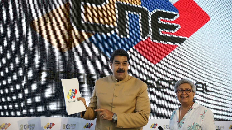 Nicolás Maduro junto a la presidenta del Consejo Nacional Electoral Tibisay Lucena, durante un acto en la sede del Poder Electoral en Caracas, el 31 de julio de 2017. (EFE)