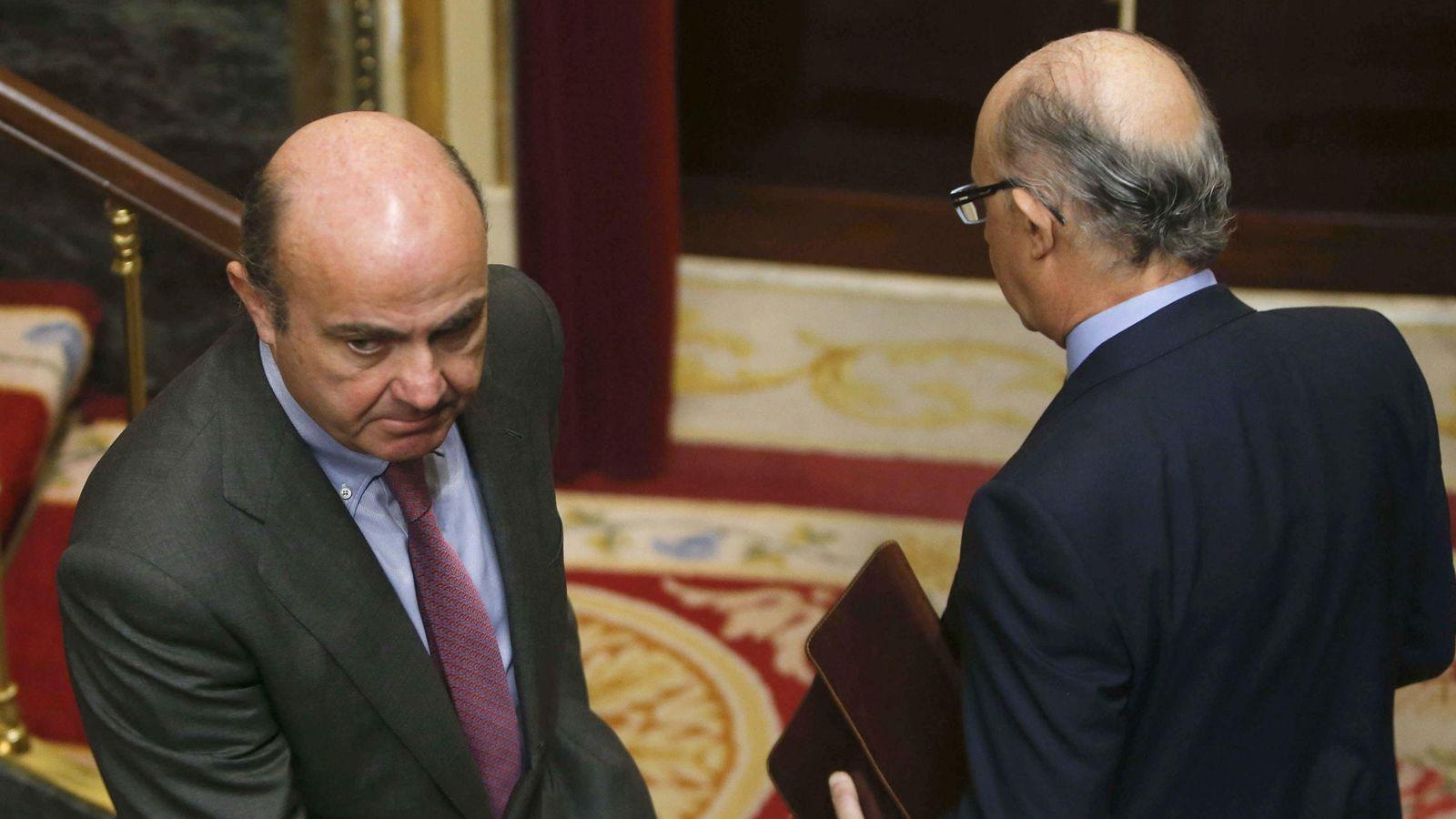 Foto: El ministro de Hacienda, Cristóbal Montoro (d), y el de Economía y Competitividad, Luis de Guindos (i). (Efe)