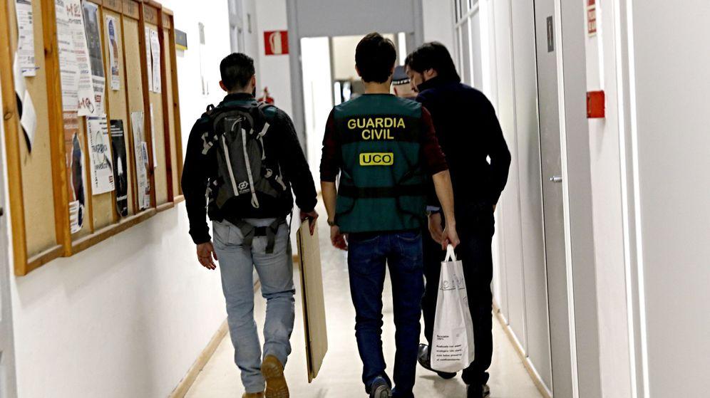 Foto: Agentes de la Guardia Civil registran los despachos del grupo municipal del PP en el Ayuntamiento de Valencia. (EFE)