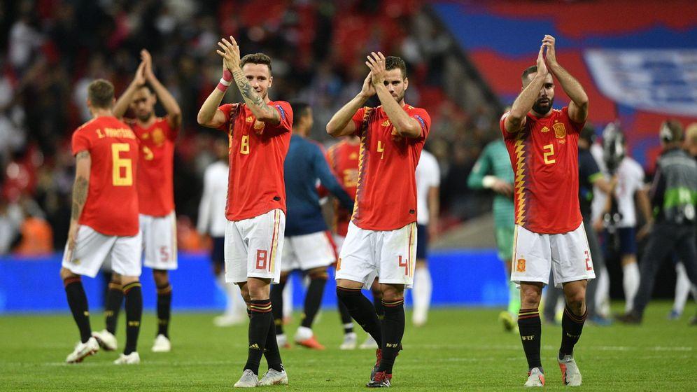Foto: Los jugadores españoles aplauden tras el partido. (Reuters)