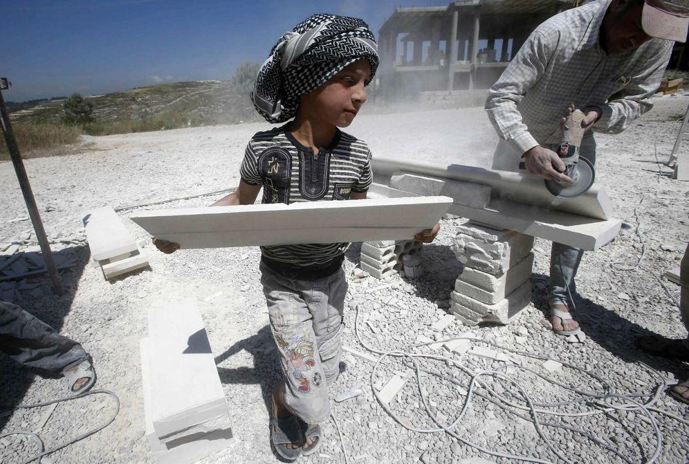 Foto: Un niño refugiado sirio trabajando en una obra en Sidón, al sur de Líbano (Reuters)
