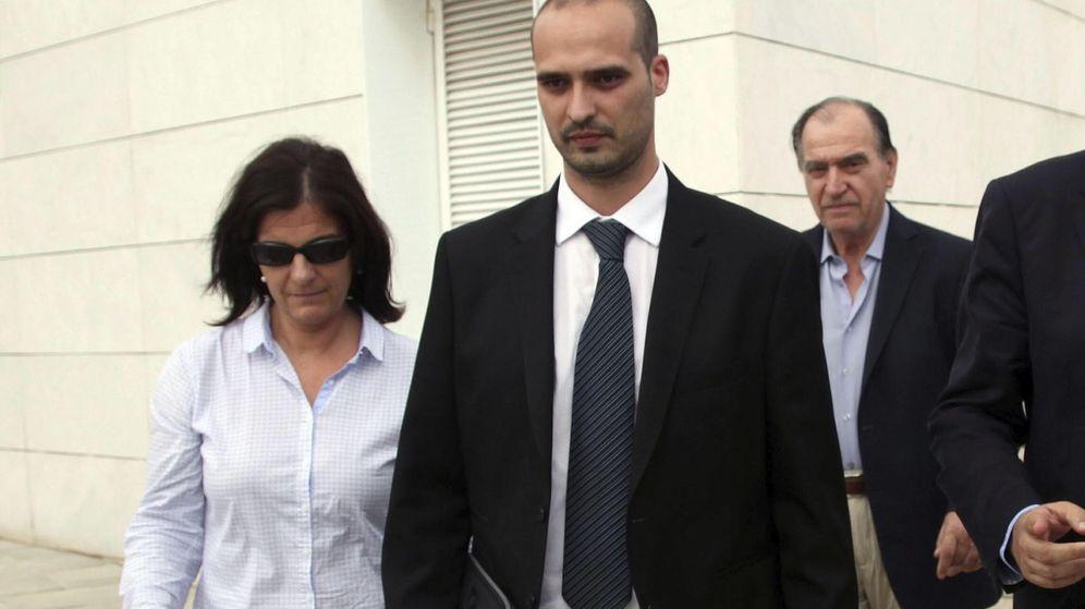 Foto: El empresario Joaquim Sumarroca (d, atrás) y su hija Susanna (i), a su salida de los juzgados. (EFE)
