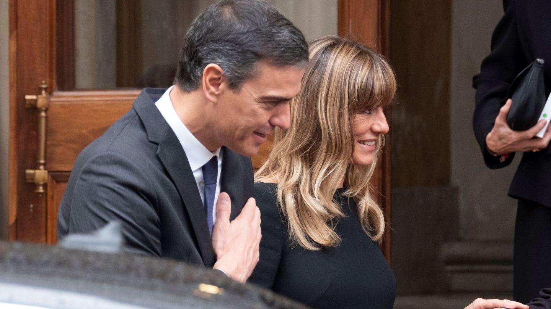 El presidente del Gobierno, Pedro Sánchez, y su esposa, Begoña Gómez, a su salida del Vaticano. (EFE)