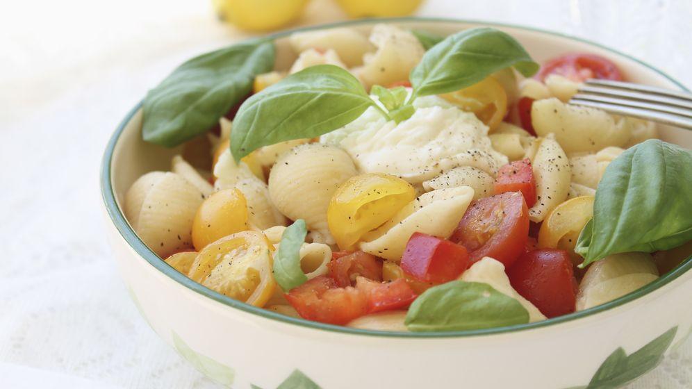 Foto: Una buena ensalada de pasta, sólo con tomate, mozzarella y albahaca. (Corbis)