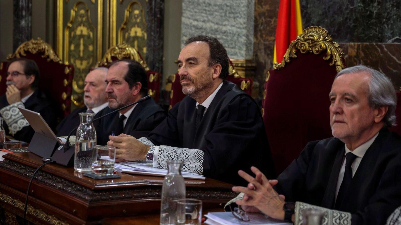 Foto: El presidente del tribunal y ponente de la sentencia, Manuel Marchena (2d). (EFE)