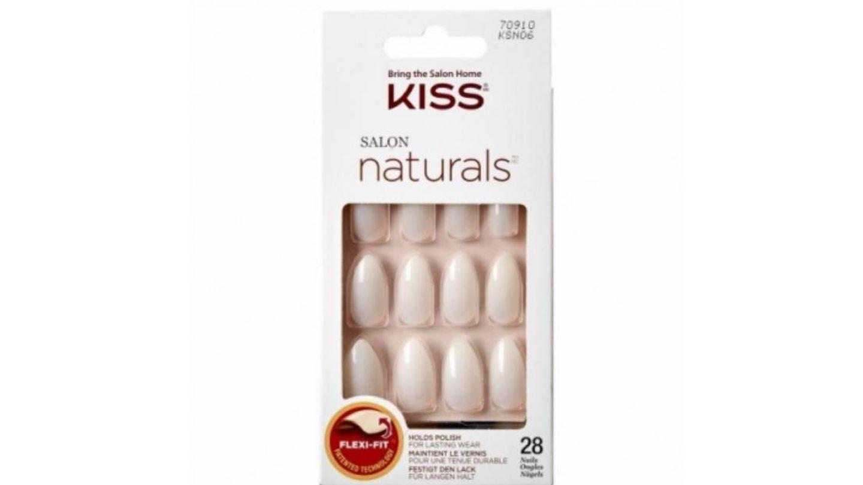 Manicura press-on natural con forma ovalada de Kiss.