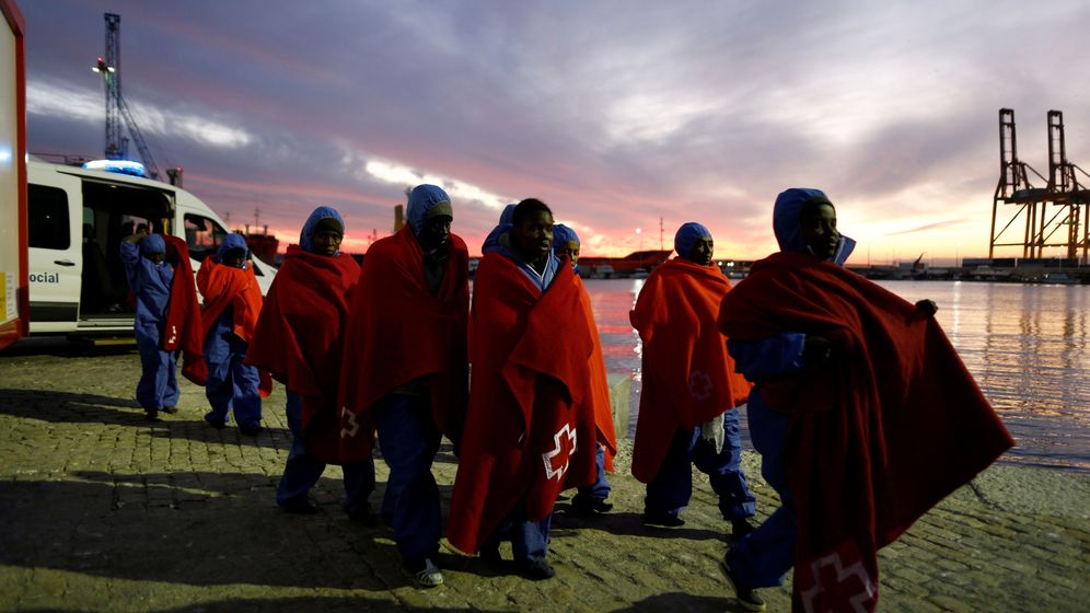 Foto: Mujeres migrantes interceptadas en el Mediterráneo desembarcan en Málaga, el 15 de enero de 2019. (Reuters)