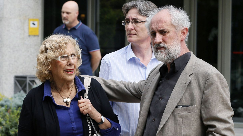 La alcaldesa de Madrid, Manuela Carmena (i), junto a Luis Cueto y Marta Higueras. (EFE)