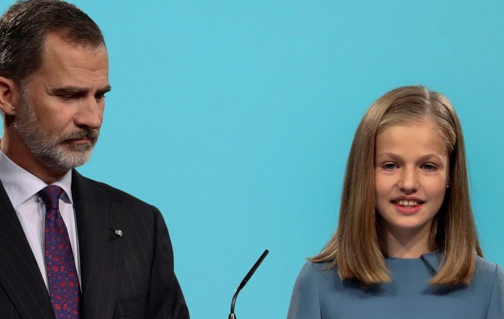 Foto: La princesa Leonor, acompañada por su padre, el Rey, interviene por primera vez en un acto oficial. (EFE)