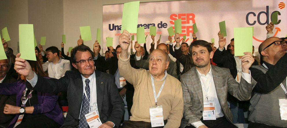 Foto: Artur Mas, Jordi Pujol y Oriol Pujol en un acto de CDC, en marzo de 2012 (EFE)