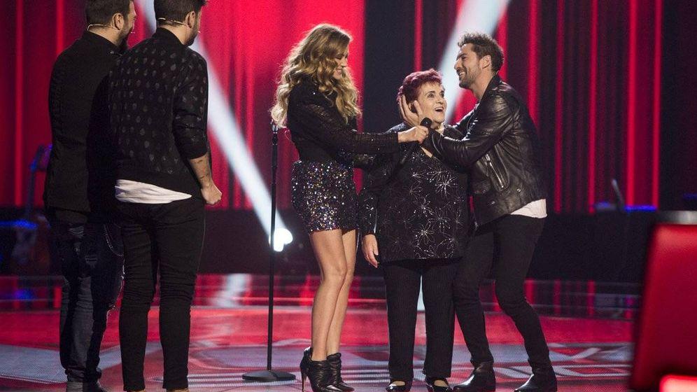 Foto: Los coaches, junto a una de las concursantes de 'La Voz Senior'. (Antena 3)