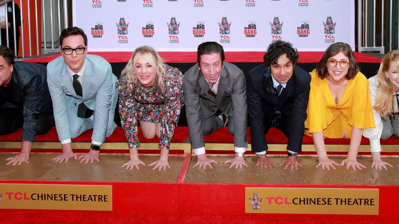 El casting al completo de 'The Big Bang Theory' deja sus huellas en el Teatro Chino de LA. (Getty)