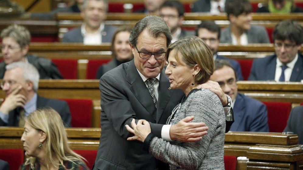 Foto: El presidente de la Generalitat en funciones, Artur Mas (i) se abraza a Carme Forcadell. (EFE)