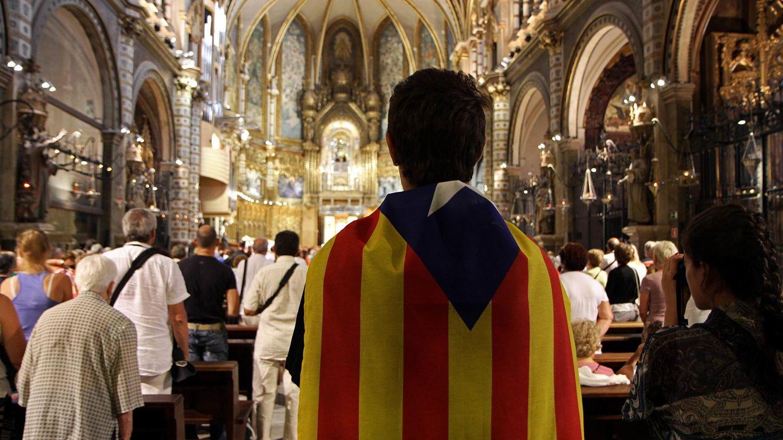 Foto: Un joven porta una estelada en el monasterio de Montserrat. (Corbis)