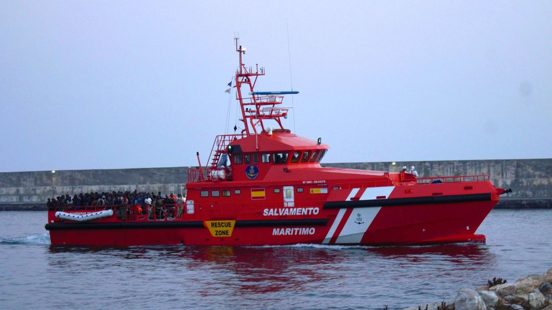 Llegada al puerto de Motril de 153 inmigrantes que fueron rescatados por Salvamento Marítimo. (EFE)