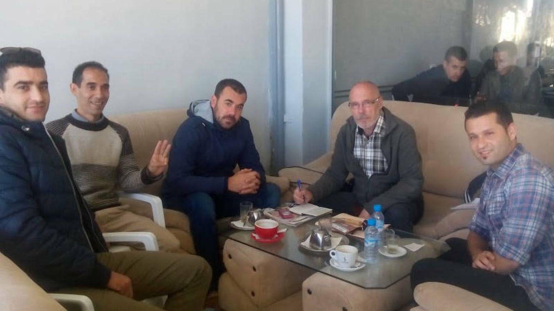 José Luis Navazo, el invierno pasado, entrevistando a Nasser Zefzafi, líder de la rebelión del Rif encarcelado en Casablanca desde finales de mayo
