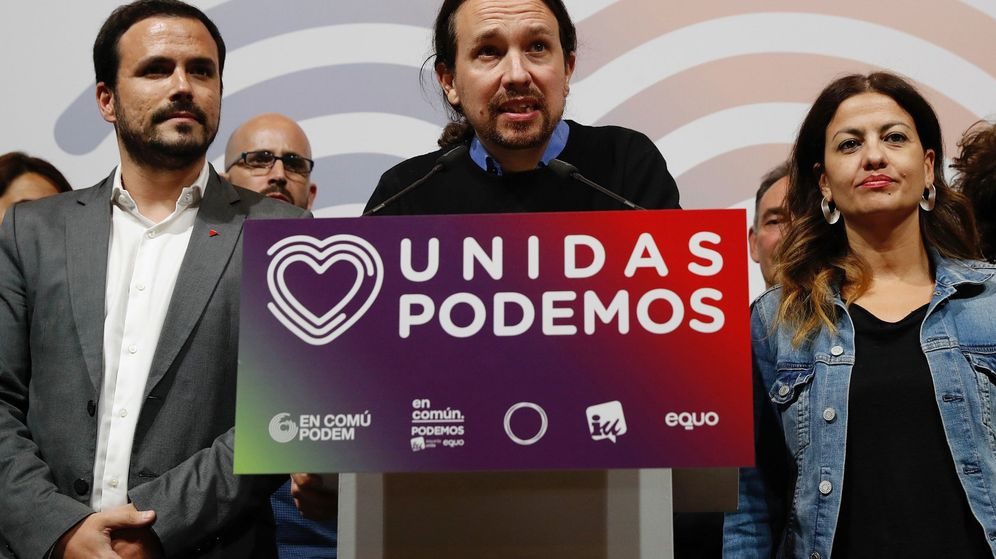 Foto: El candidato de Unidas Podemos, Pablo Iglesias (c), junto al coordinador federal de IU, Alberto Garzón (i), durante su comparecencia en la noche electoral. (EFE)