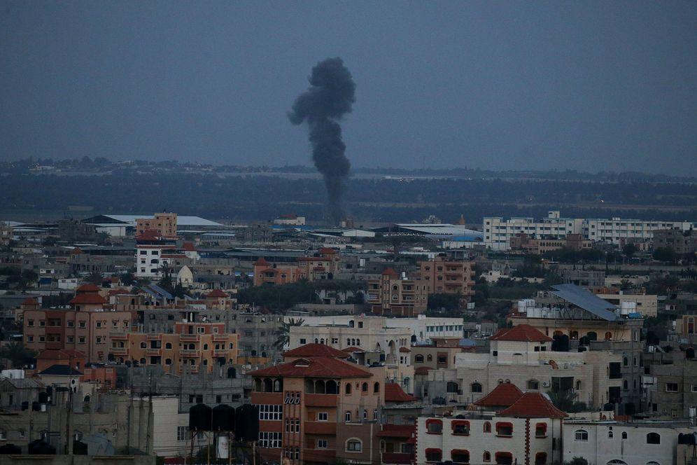 Foto: Una columna de humo tras un bombardeo israelí contra objetivos de Hamás en Gaza. (Reuters)