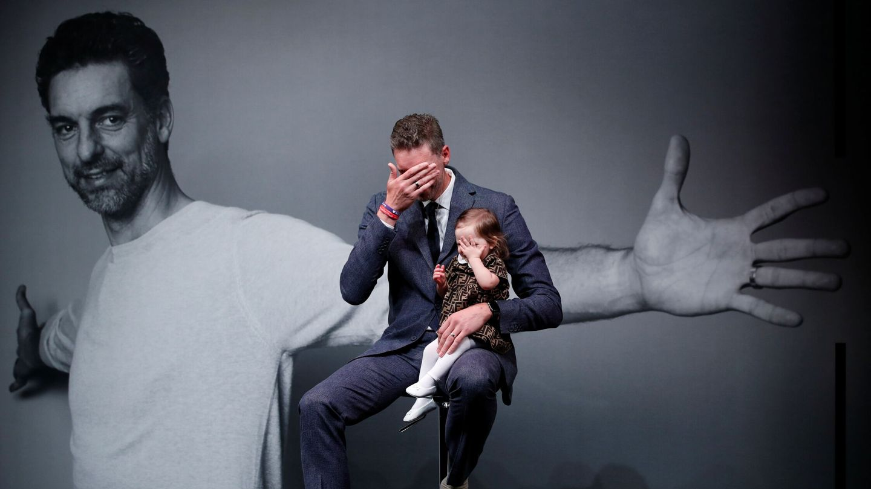 Pau Gasol, junto a su hija. (Reuters)