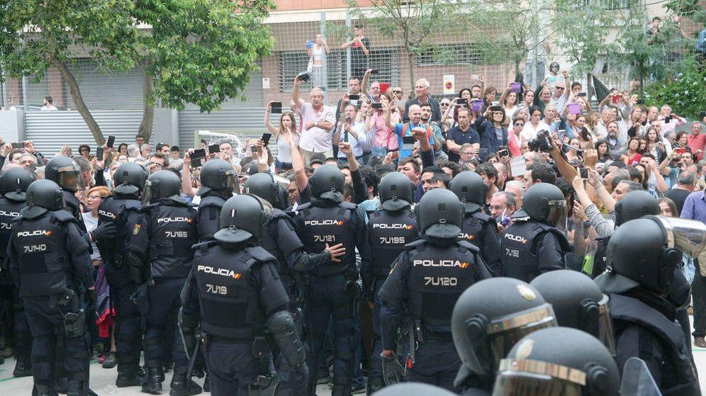 Foto: Agentes de la policía nacional forman un cordón policial en el IES Tarragona el 1 de octubre de 2017. (EFE)