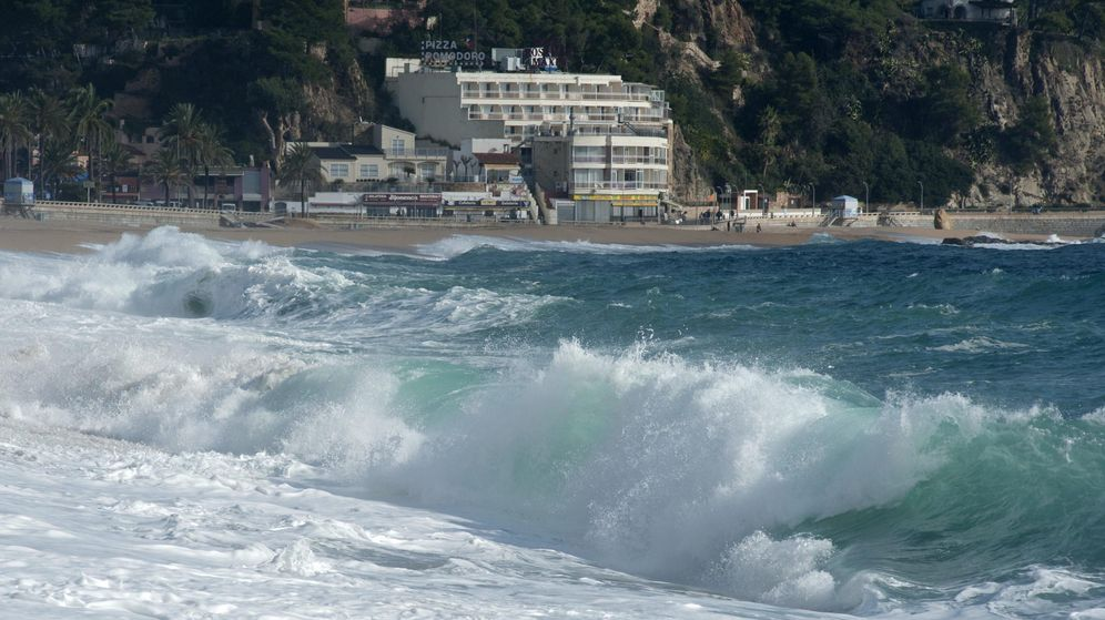 Foto: Olas en la playa de Lloret de Mar. (EFE)