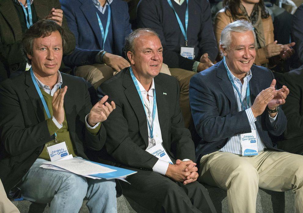 Foto: Floriano (i), Monago (c) y Arenas (d), en la convención del PP en Cáceres. (Efe)