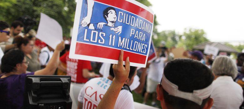 Foto: Un grupo de inmigrantes y activistas reclaman la reforma migratoria. (Reuters)