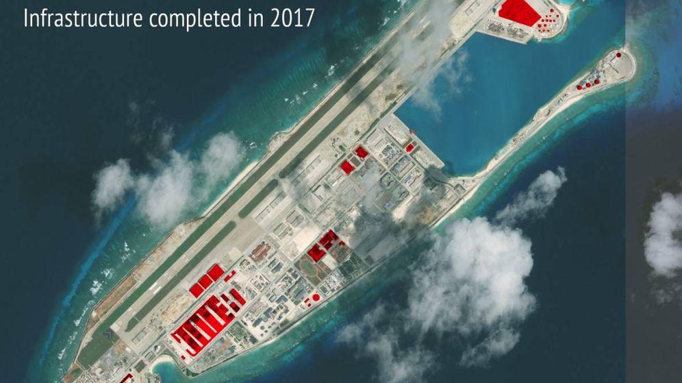 Foto: Construcciones chinas en el arrecife de Fiery Cross durante 2017, en rojo. (Fuente: Asian Maritime Transparency Initiative)